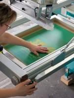 Die Druckschablonen müssen entsprechend dem aufgeklebten Film nachjusitiert werden