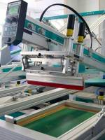 Der Rakel, mit dem die Farbe beim Druck auf die Baumwolltaschen aufgebracht wird, ist eingesetzt