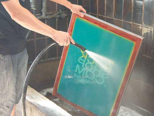 Nachdem das Drucksieb mit dem Film belichtet wurde, wird es vor dem Stofftaschen bedrucken ausgewaschen.