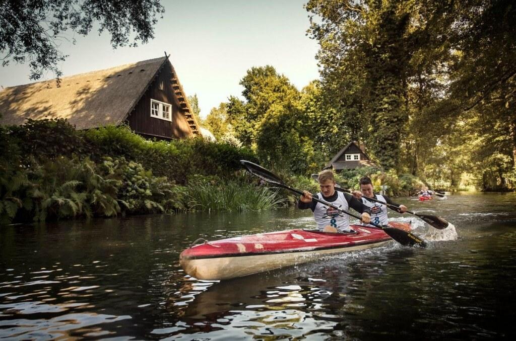 Die Gewinner Jonas Draeger und Marius Radow mit Leibchen von GERULUS   ©Marcel Lammerhirt   Red Bull Content Pool